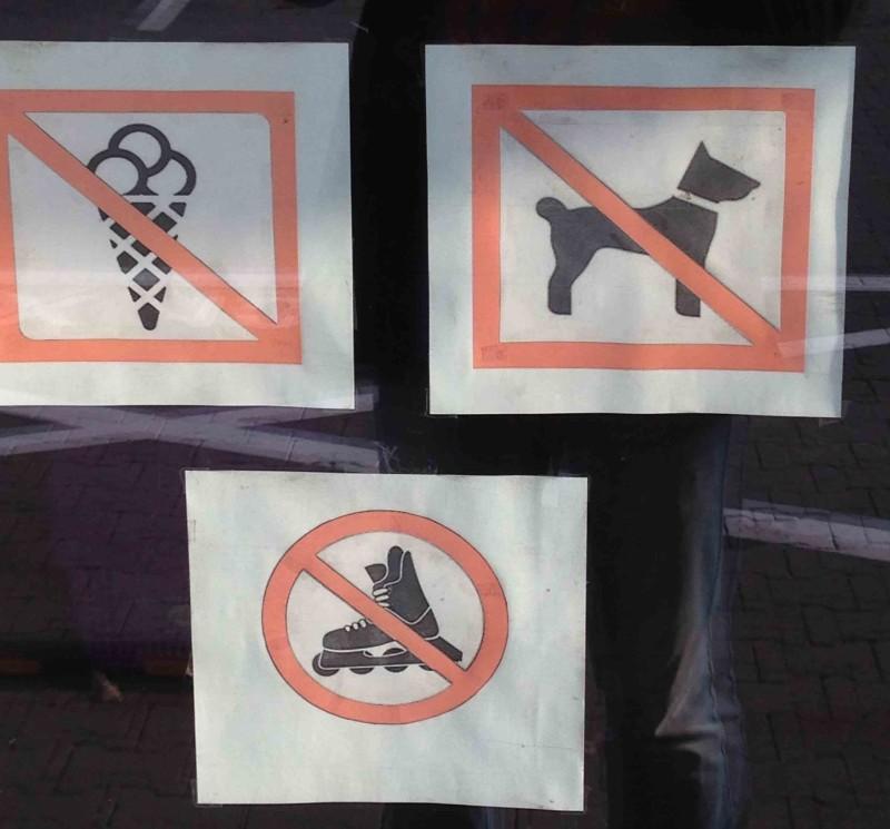 zakaz wchodzenia z lodami psami i rolkami