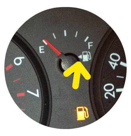 strzałka wskazująca stronę pojazdu z wlewem paliwa