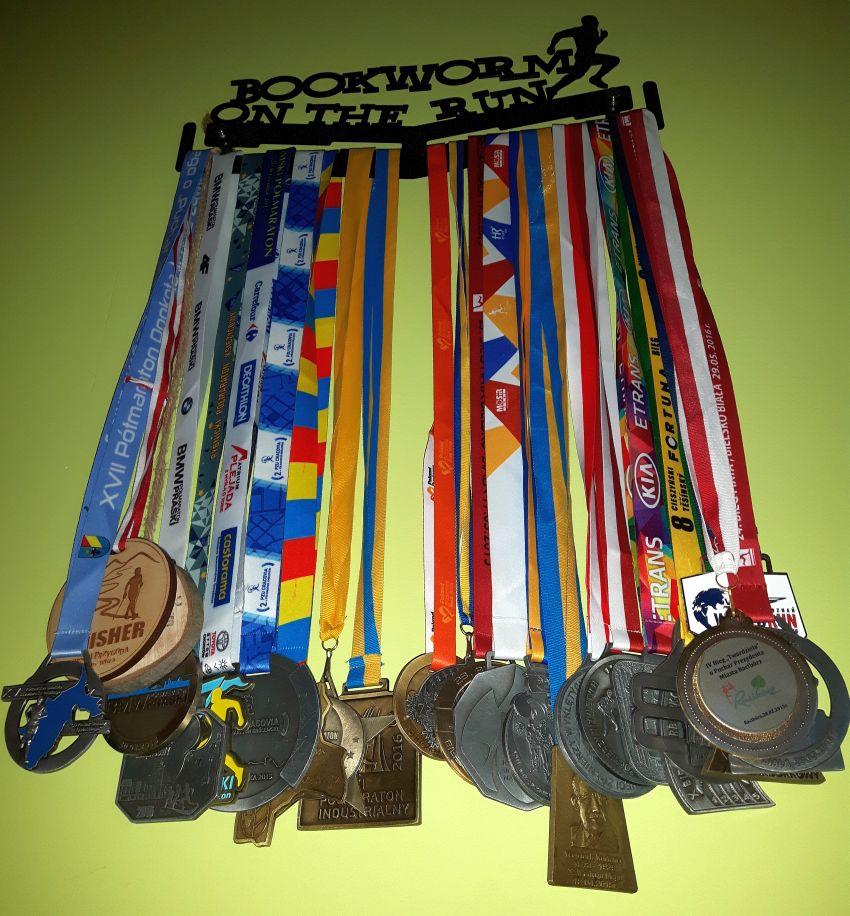 Wieszak na medale zapełniony medalami
