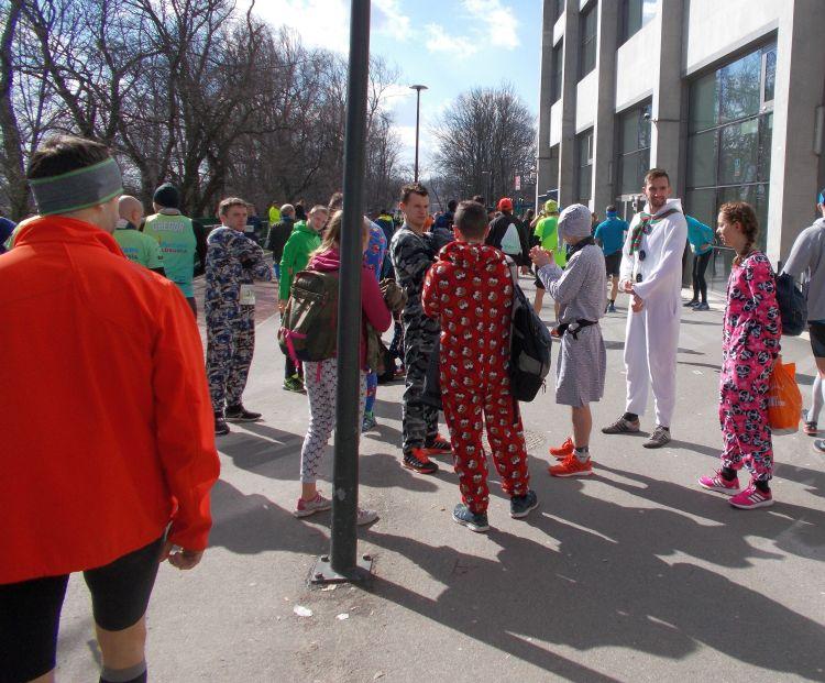 biegacze w piżamach Półmaraton Marzanny