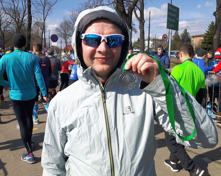 Tomasz z medalem z Półmaraton Marzanny