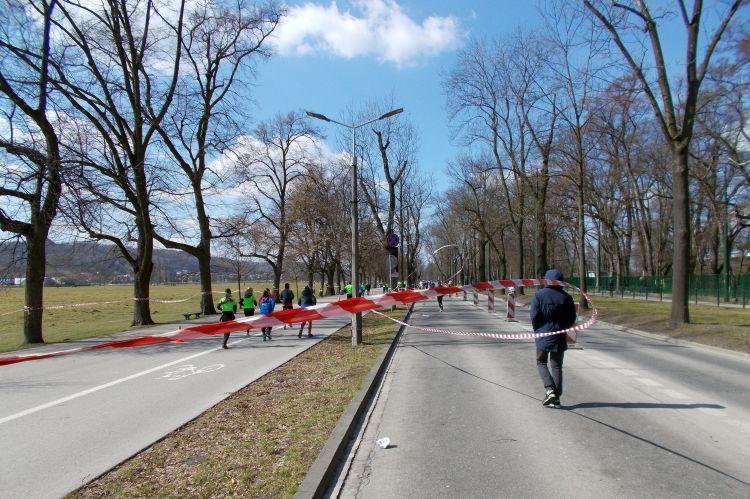 ostatni kilometr na krakowskich Błoniach Półmaraton Marzanny