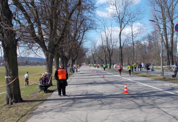 widok na ostatni kilometr Półmaraton Marzanny