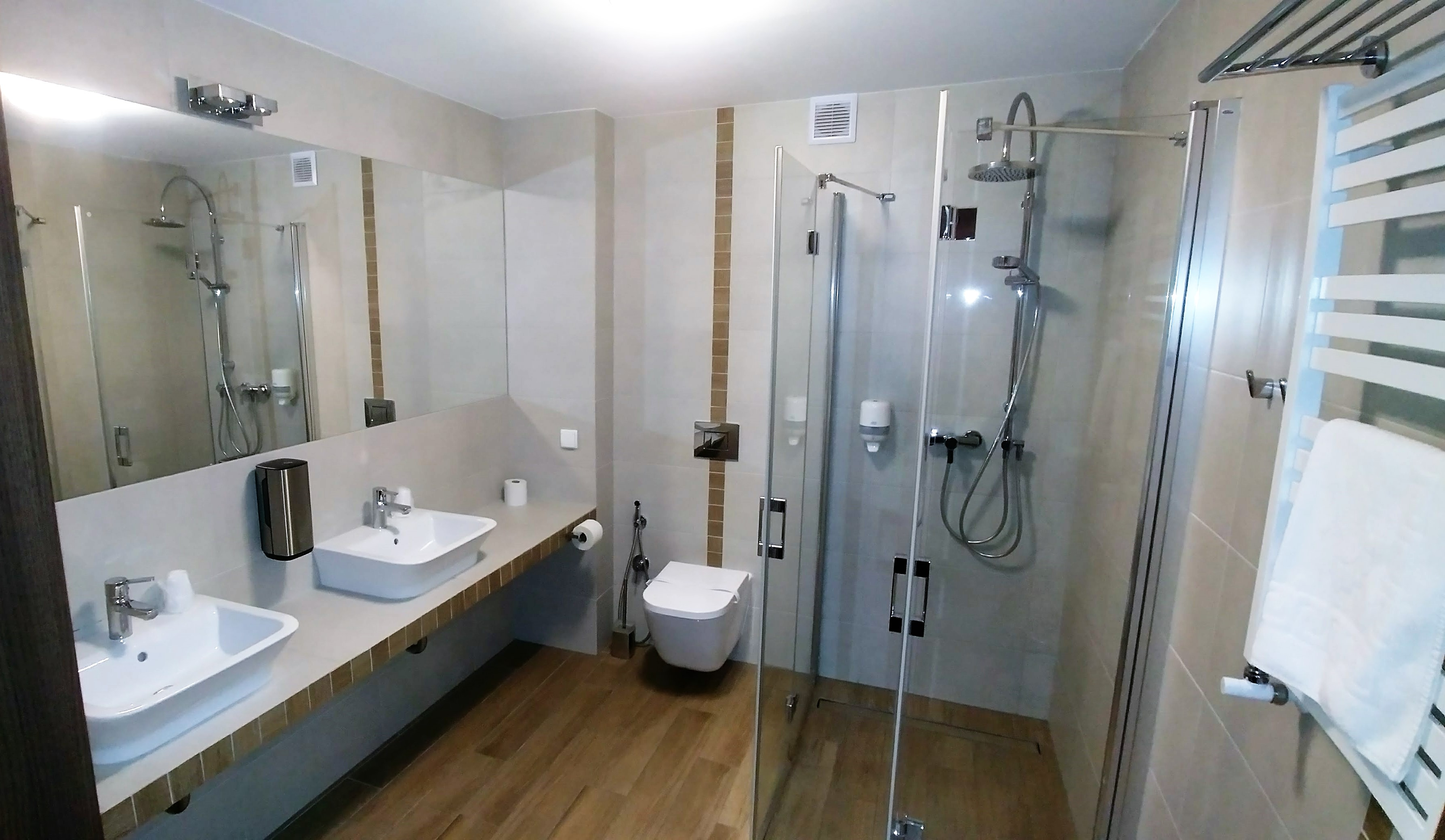 Łazienka dwie umywalki hotel Wilga
